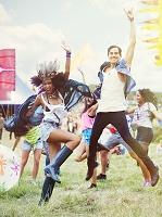 野外フェスティバルで踊る若者