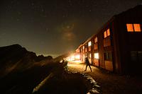 夜の唐松岳頂上山荘と星空