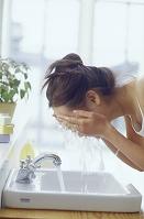 洗顔する日本人女性