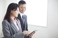 iPadを操作するビジネスウーマン
