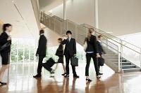 日本人ビジネスパーソンが行き来するオフィス