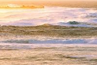 沖縄県 朝焼けに染まる荒波