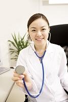 聴診器をあてる若い日本人女性医師2