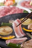 豚バラ肉をホットプレートで焼く