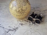 地図と双眼鏡と地球儀