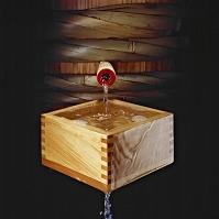 樽から升へ注がれる日本酒