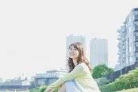 芝生で寛ぐ日本人女性