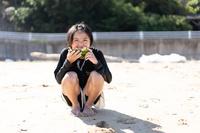 西瓜を食べる少女