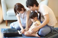 ピアノのおもちゃで遊ぶ日本人三人家族