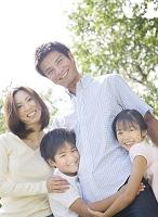 緑の中の日本人家族
