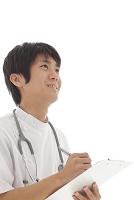 白衣の若い医師