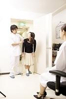 松葉杖の女性・若い女性医師・若い男性看護師1