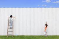 大きな白壁にペンキで描く日本人の子供達