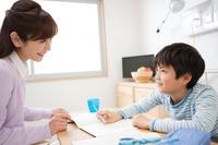 勉強する男の子と母親