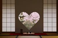 京都府 正寿院 客殿の猪目窓と桜咲く庭園