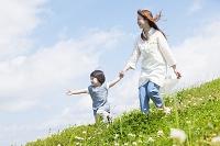 娘と手を繋いで歩く母