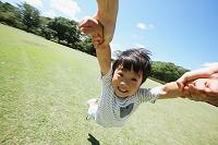 広場で遊ぶ日本人親子