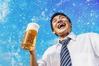 生ビールを飲むビジネスマン