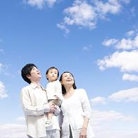 見上げる日本人家族