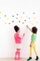 壁の飾りを見ている日本人の子供