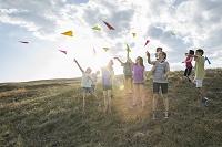 紙飛行機で遊ぶ子供たち