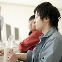 パソコン操作をする大学生の横顔