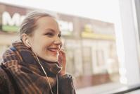 イヤホンで音楽を聴く外国人