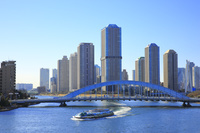東京都 隅田川大橋歩道から望む永代橋と佃島のタワーマンション
