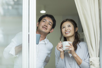 窓辺の日本人夫婦