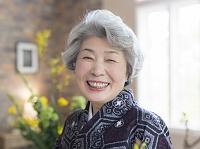 笑顔の着物の日本人のシニア女性
