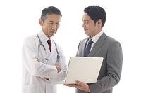 医師に営業をするビジネスマン