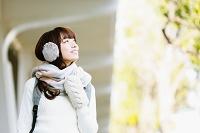 イヤーマフをした日本人女性