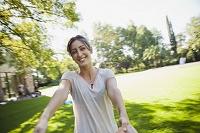 手を繋いで回る笑顔の外国人女性