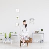 椅子に座る日本人女性