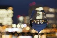 グラスと都会の夜景