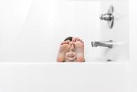 お風呂に入る白人の子供