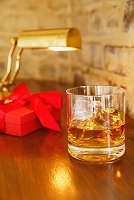 ウイスキーとギフトボックス