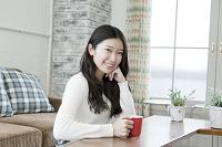 リビングで過ごす20代日本人女性