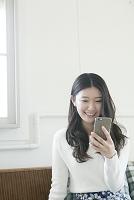スマートフォンを使う20代日本人女性