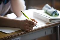 ペンを持つ女子高生