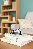 テーブルの上の本と眼鏡