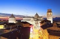 イタリア ピサのドゥオモ広場 夜景