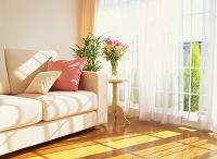 リビング ソファーと花束