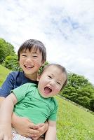 公園で遊ぶ兄弟