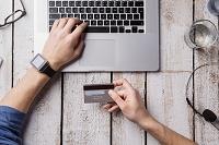 クレジット決済でネットショッピングをする男性