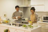 キッチンの日本人夫婦