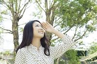 見上げる20代日本人女性