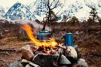 キャンプファイヤーで湯を沸かす