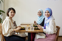 食事をする日本人とムスリムの女性