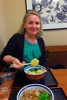 兵庫県 天ぷらうどんを食べる外国人
